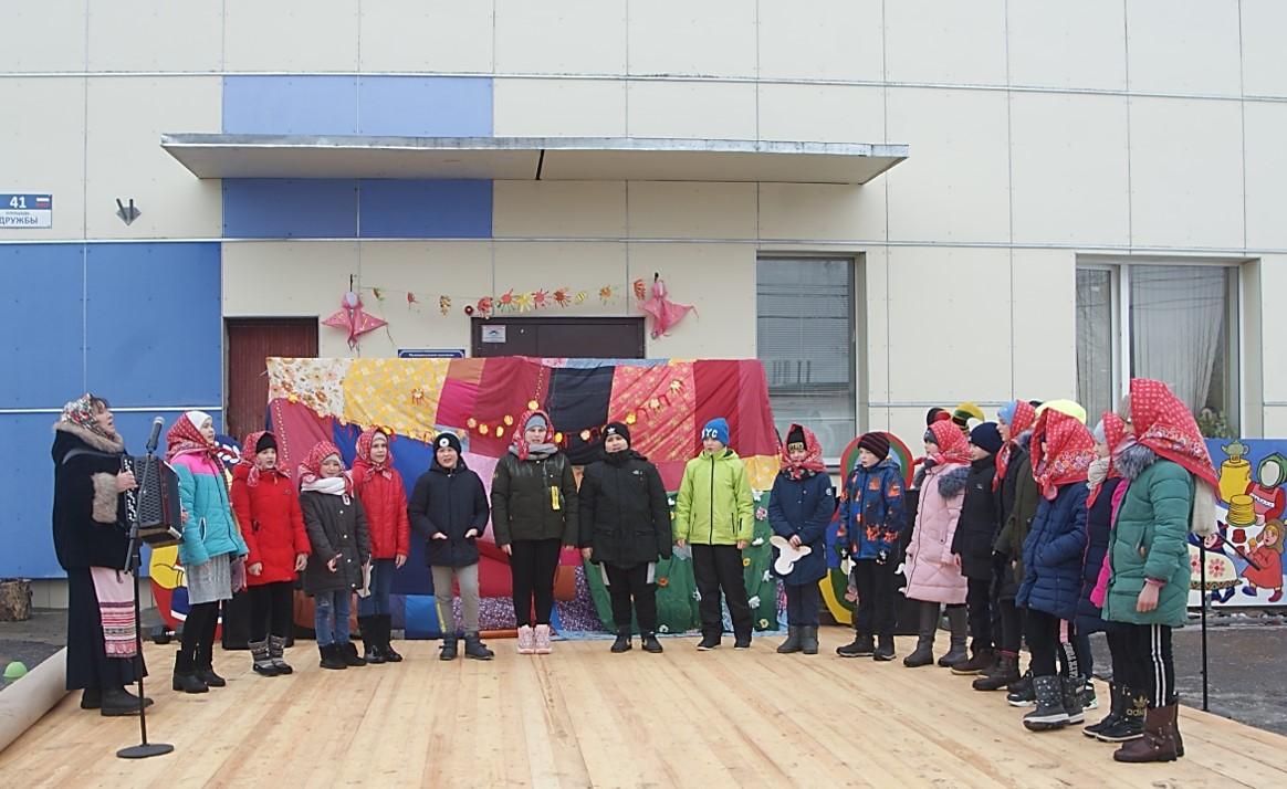 Праздник приветствует ансамбль Россия в песне ЕСОШ