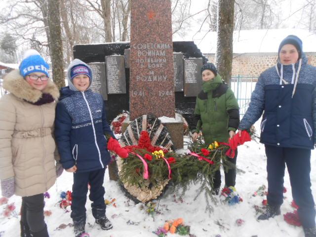 У Братской могилы в д. Раболово
