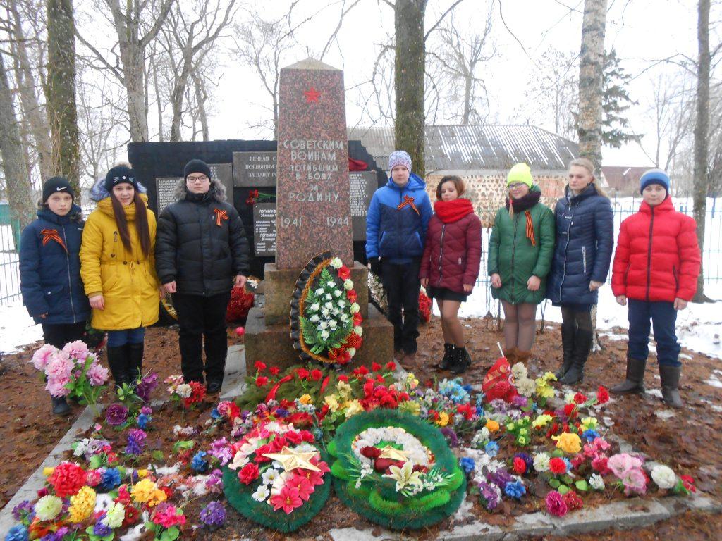 У братской могилы в Раболово-2018